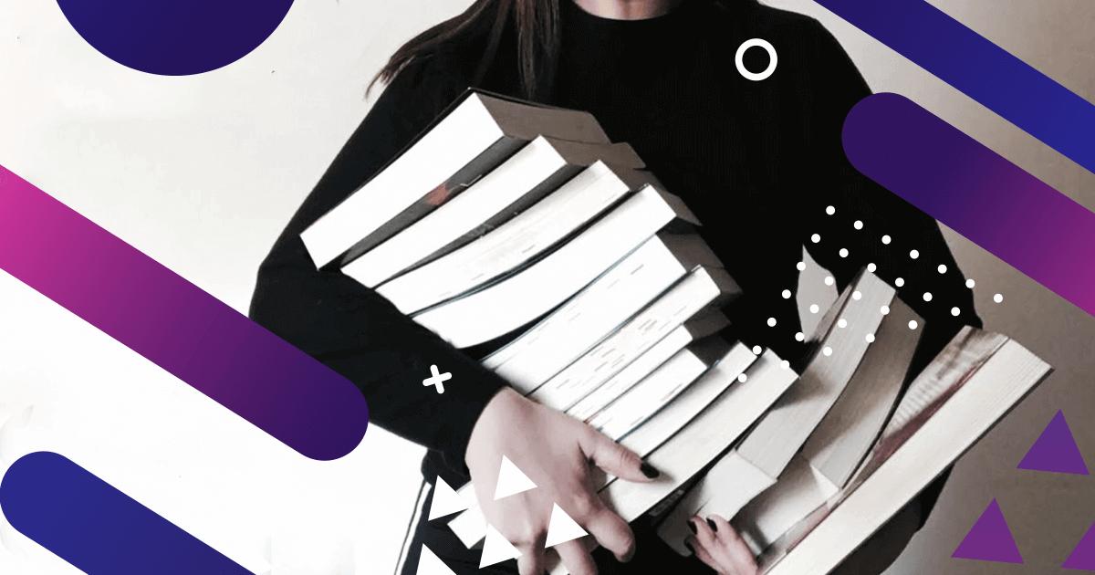 Booktuber sosteniendo libros