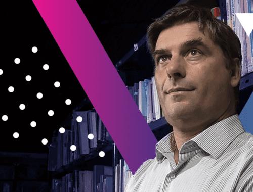 Roberto Balaguer en una biblioteca