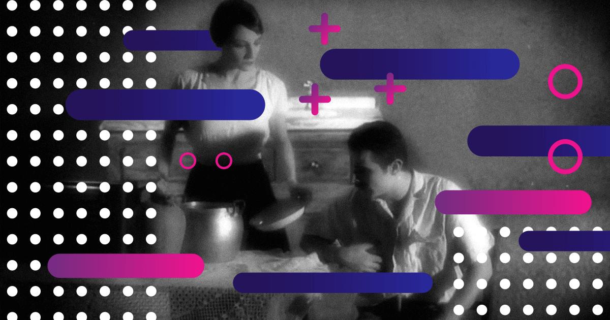 Pareja de hombre y mujer en 1919, ella sirviendo la mesa