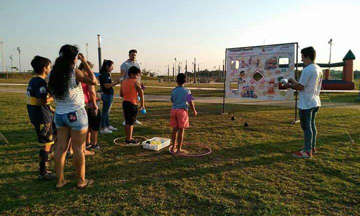 Adultos y niños aprendiendo sobre una vida saludable