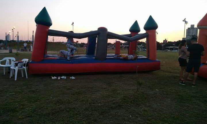 Niños jugando en castillo inflable