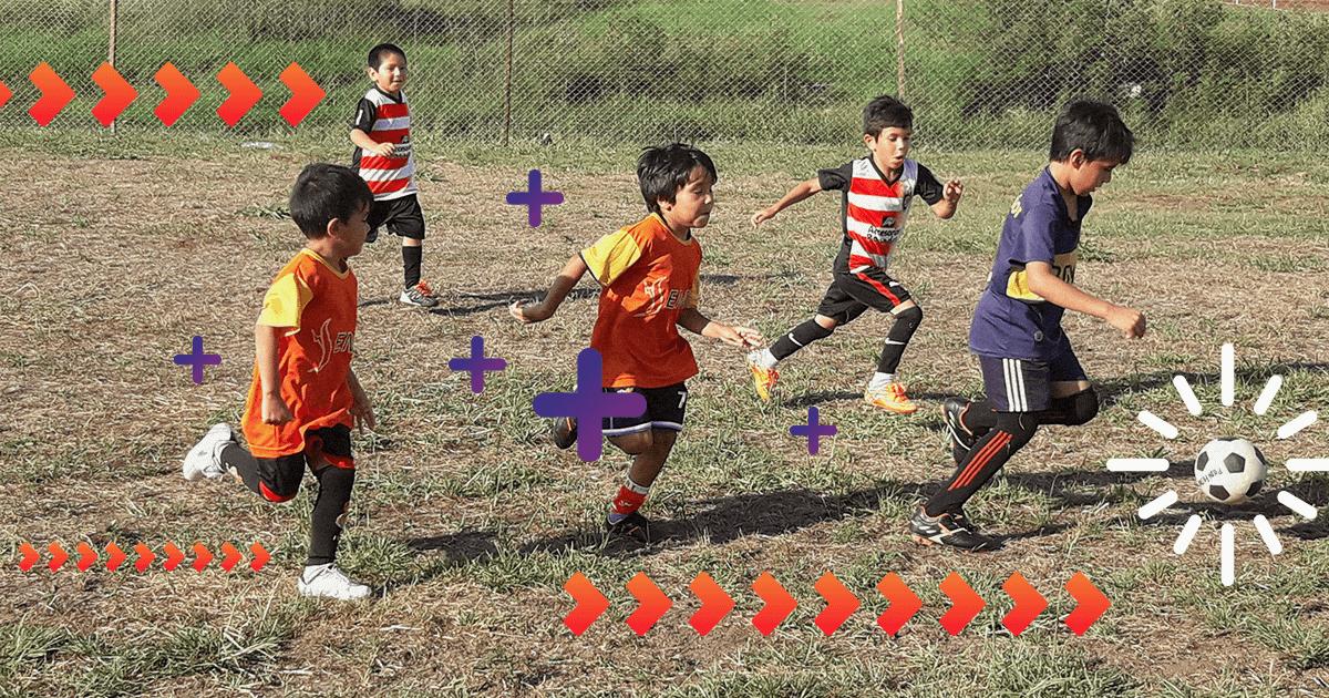 Chicos jugando al futbol en el Club Atletico Villa Cabello